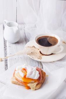Ontbijt met koffie en toast met kaas en ei