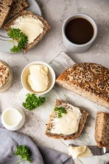 Ontbijt met koffie gesneden brood boter en leverpastei