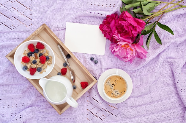 Ontbijt met koffie, muesli, bessen en melk