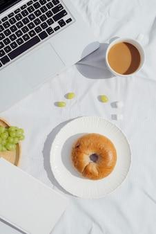 Ontbijt met koffiebrood en fruit