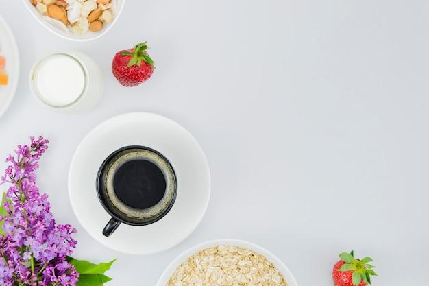 Ontbijt met koffiekop en fruit