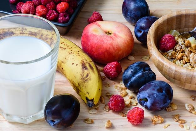Ontbijt met muesli, fruit en melk