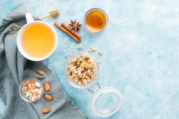 Ontbijt met ontbijtgranen en fruit