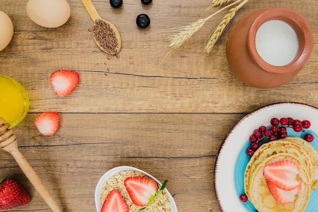 Ontbijt met pannenkoeken en aardbeien