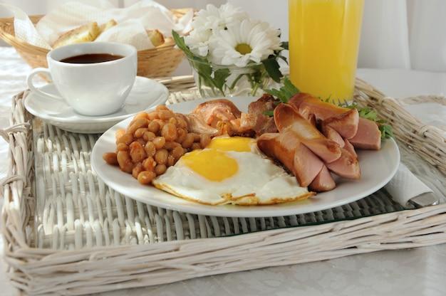 Ontbijt met roerei, spek, worst en bonen