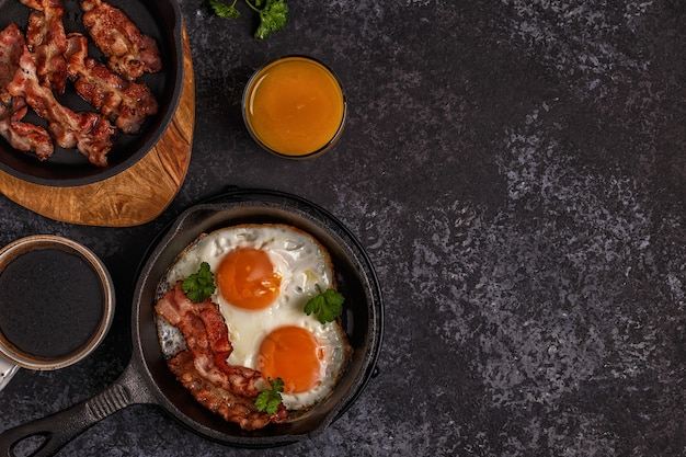 Ontbijt met spek, gebakken ei, koffie en sinaasappelsap
