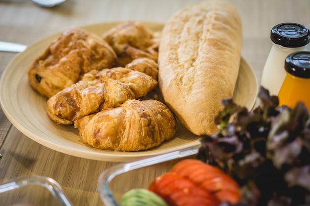 Ontbijt met stokbrood op de eettafel in de ochtend