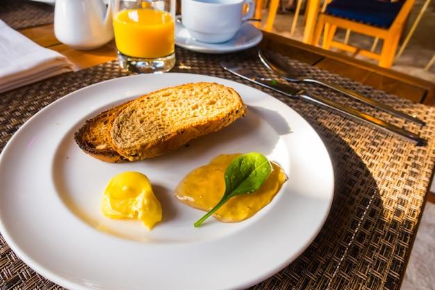 Ontbijt met toast en koffie. .