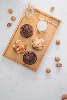 Ontbijt met verse zelfgemaakte heerlijke muffins en melk.