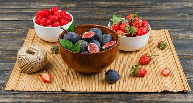 Ontbijt met vijgen in kom met aardbeien