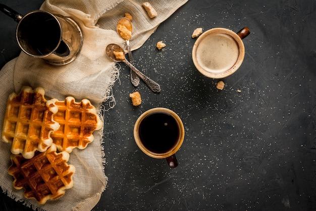 Ontbijt met wafels en koffie