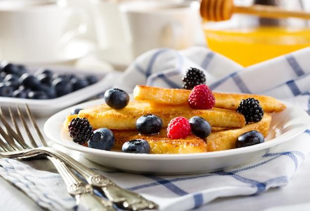 Ontbijt met wentelteefjes met verse bessen