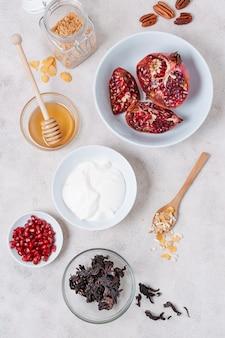 Ontbijt met yoghurt en granaatappel
