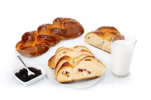 Ontbijt met zelfgebakken brood en verse melk van marmelade. op een witte muur.