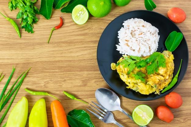 Ontbijt omelet ei rijst eten schoon eten selectie geplaatst op een houten tafel