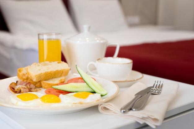 Ontbijt op bed in de hotelkamer