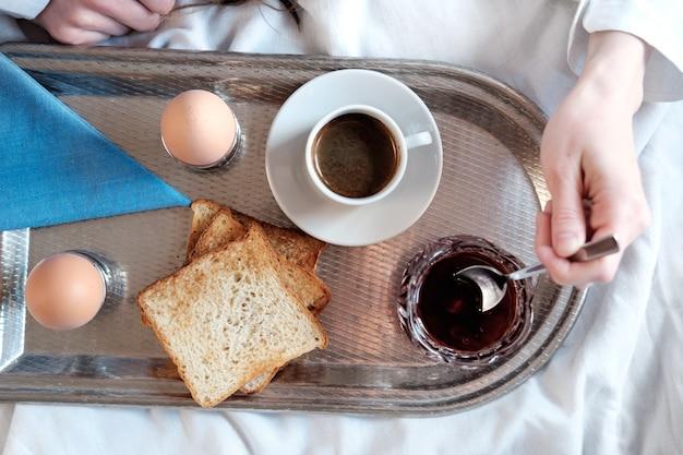 Ontbijt op bed in hotel.
