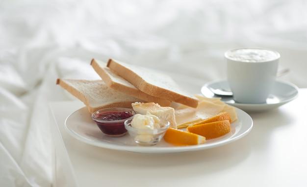 Ontbijt op bed in hotelkamer. accommodatie.