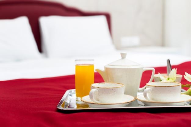 Ontbijt op bed in hotelkamer
