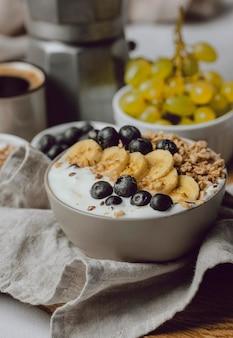 Ontbijt op bed met bosbessen en ontbijtgranen