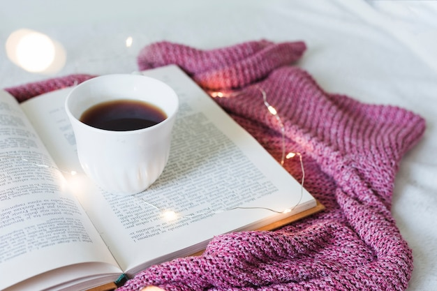 Ontbijt op bed met een boek