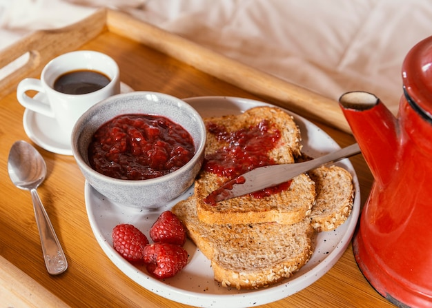 Ontbijt op bed met hoge hoek koffie en jam