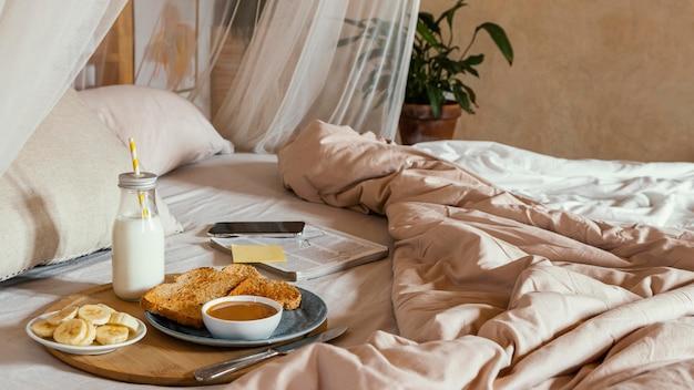 Ontbijt op bed met hoge hoek