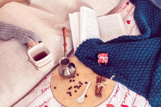 Ontbijt op bed met koffie en boek