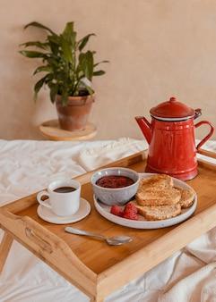 Ontbijt op bed met koffie en jam
