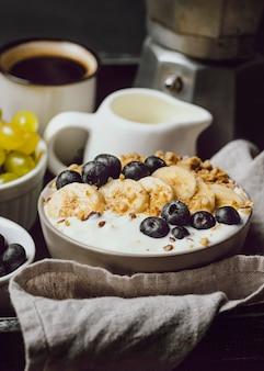 Ontbijt op bed met ontbijtgranen en bosbessen op dienblad