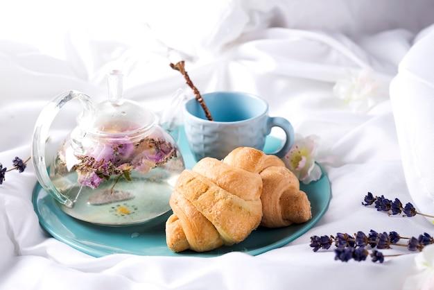 Ontbijt op bed met thee