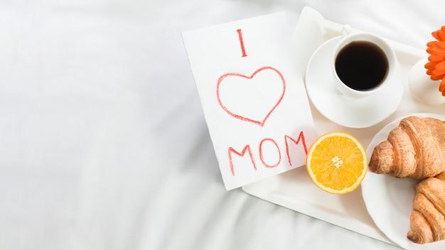 Ontbijt op bed op moederdag