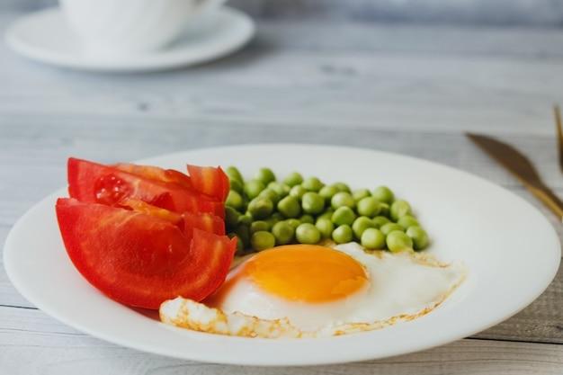 Ontbijt op bord gebakken eieren met groenten