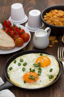 Ontbijt op bruin houten oppervlak