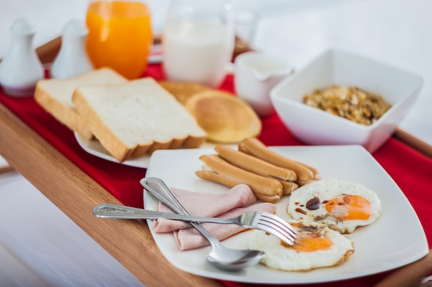 Ontbijt op dienblad in bed