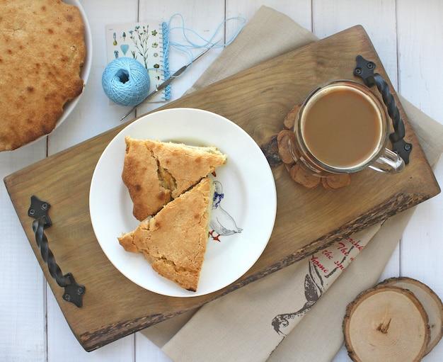 Ontbijt op een cupcake dienblad met koffie