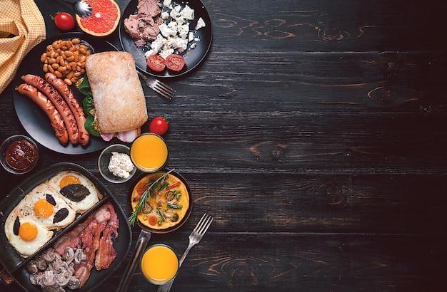 Ontbijt op een zwarte houten tafel in rustieke stijl