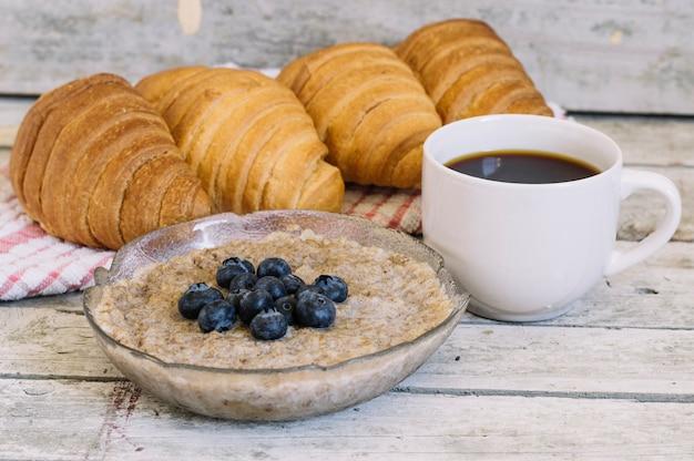 Ontbijt op houten tafel