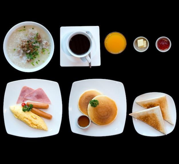 Ontbijt op tafel met omelet brood koffie en sap.