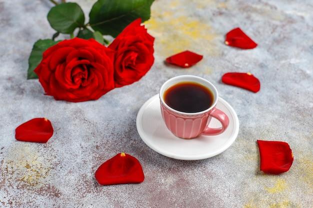 Ontbijt op valentijnsdag met koffiekopje en roze bloem