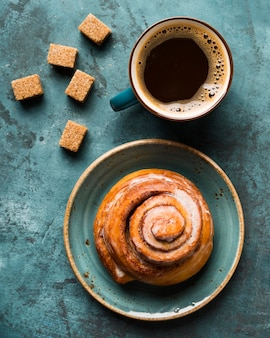 Ontbijt samenstelling met koffie en gebak bovenaanzicht