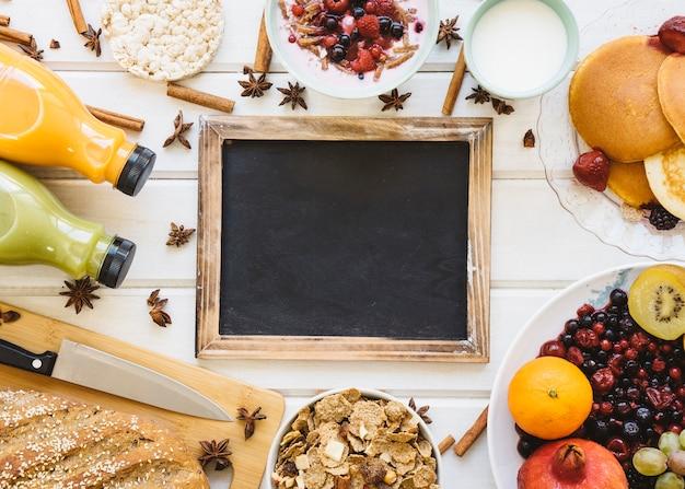 Ontbijt samenstelling met lege leisteen