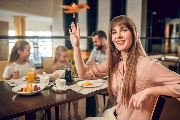 Ontbijt tijd. leuke familie tijd samen doorbrengen bij het ontbijt