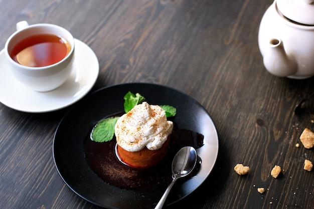 Ontbijt tijd . thee en cake met room, gegarneerd met muntblaadjes
