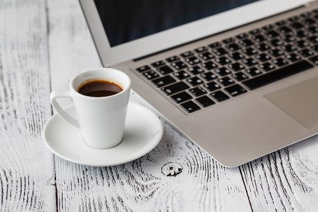Ontbijt tijdens het werken op laptop