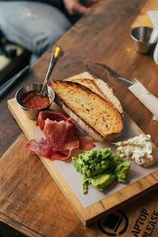 Ontbijt toast met ham en avocado aan boord