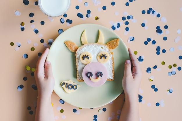 Ontbijt toast voor kinderen. broodje voor kinderen. symbool van het jaar 2021