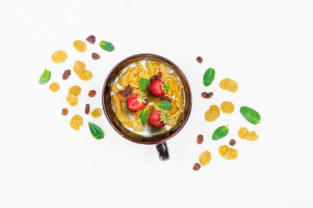 Ontbijt van cornflakes en fruit