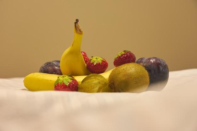 Ontbijt van fruit en bessen op bed.