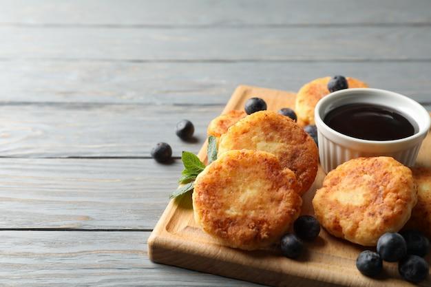 Ontbijt van kaas pannenkoeken op houten oppervlak